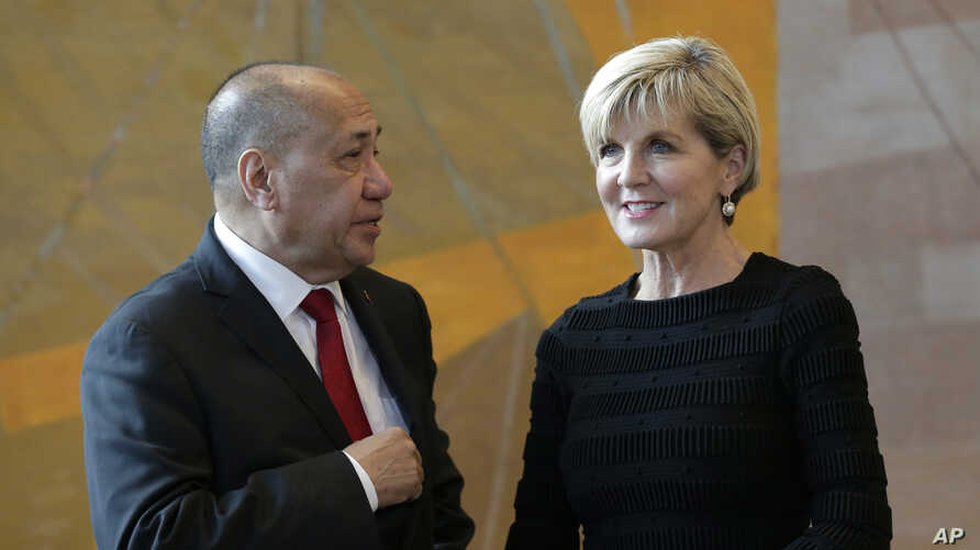 East Timorese Minister of State Agio Pereira and Australian Foreign Minister Julie Bishop talk before signing a treaty during a ceremony at United Nations headquarters, March 6, 2018.