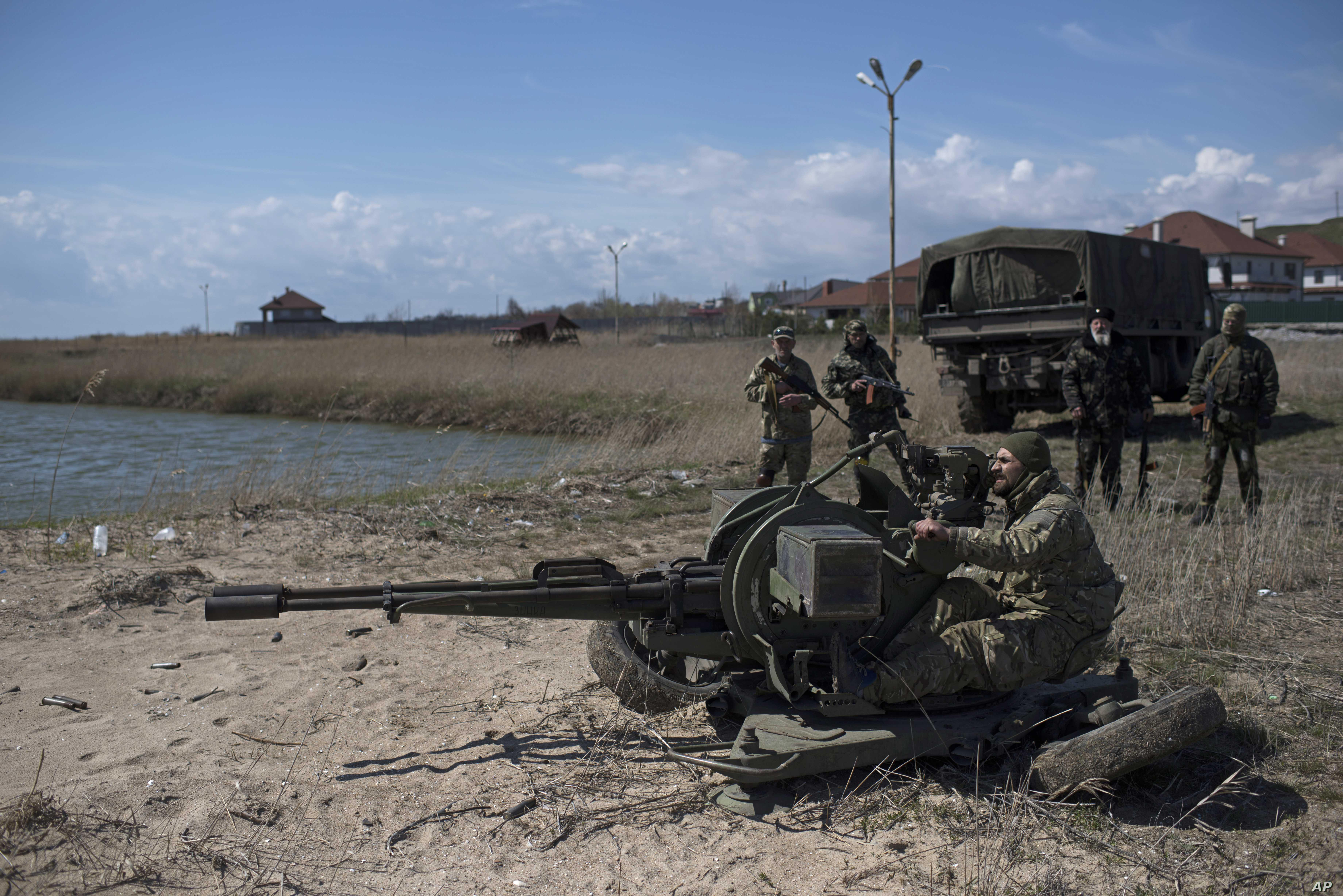 Ukrainian servicemen deploy a weapon at the beach of the Azov Sea in Shyrokyne, eastern Ukraine, April 15, 2015.