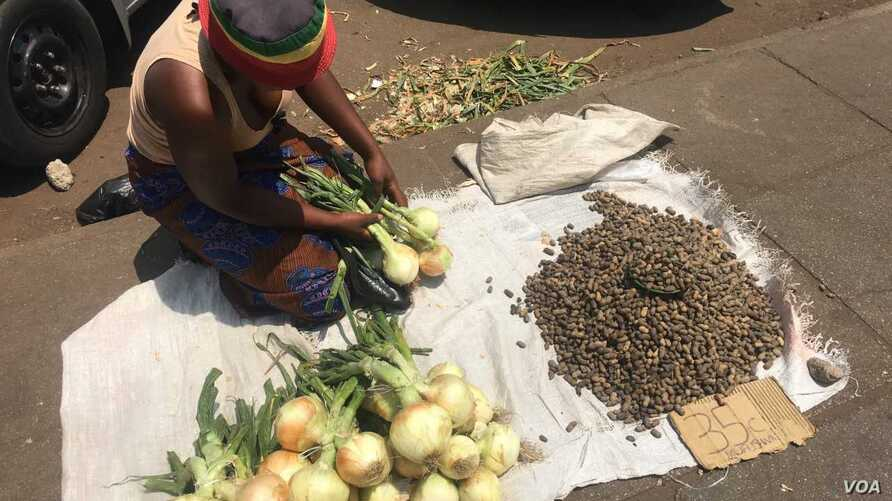 With Zimbabwe's unemployment rate estimated as high as 85 percent, informal trading has become the order of day in the economically depressed country, in Harare, Zimbabwe, Oct. 2017. (S. Mhofu/VOA)