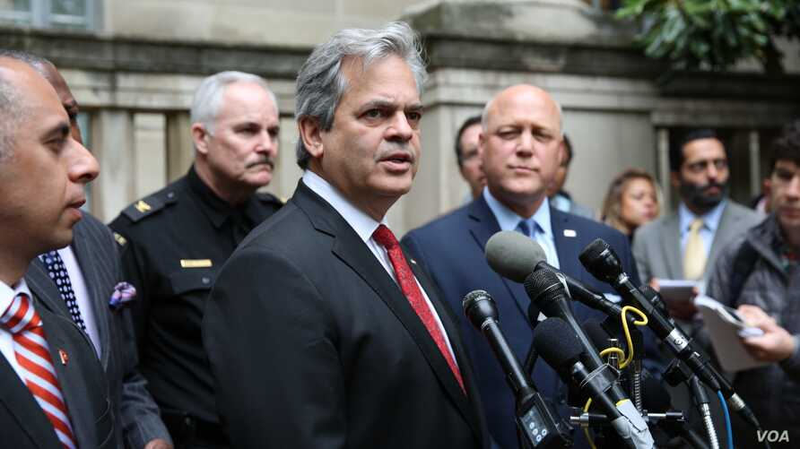 Steve Adler, Mayor of Austin, Texas, during a press conference after a group of mayors had an hour-long meeting at the Department of Justice with U.S. Attorney General Jeff Sessions, April 27, 2017. (A. Barros/VOA)