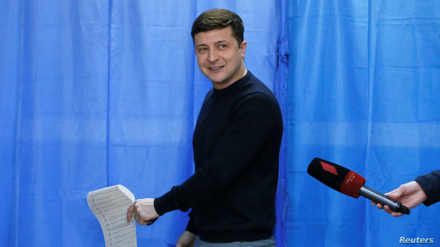 Ukrainian comic actor and presidential candidate Volodymyr Zelenskiy holds his ballot at a polling station during a presidential election in Kiev, Ukraine March 31, 2019. REUTERS