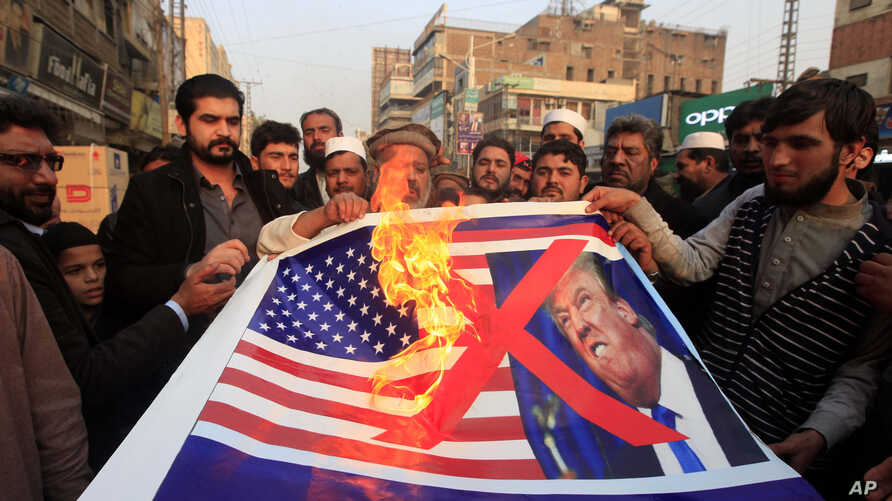 Pakistani traders protest against U.S. President Donald Trump in Peshawar, Jan 5, 2018. A senior Pakistani senator, Nuzhat Sadiq, has expressed disappointment at the U.S. decision to suspend military aid to Islamabad, saying it will be detrimental to