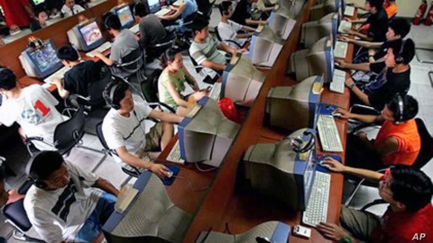 Chinese youth use computers at an Internet cafe in Beijing (File Photo)