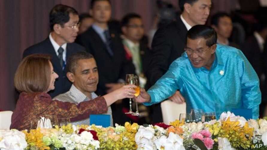 U.S. President Barack Obama watches as Cambodia's Prime Minister Hun Sen, right, and Australian Prime Minister Julia Gillard toast, East Asia Summit Dinner, Phnom Penh, Nov. 19, 2012.