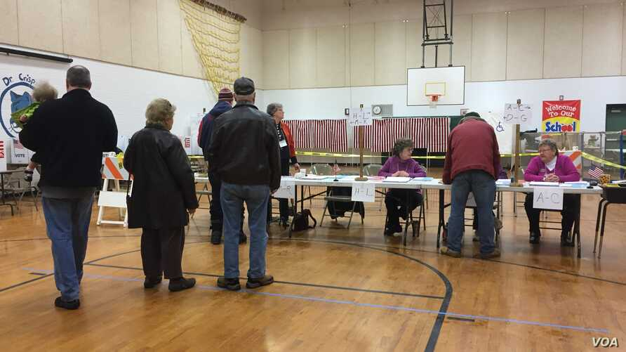 Early voting at Ward 7 in Nashua, New Hampshire. (Sasha Gong/VOA)