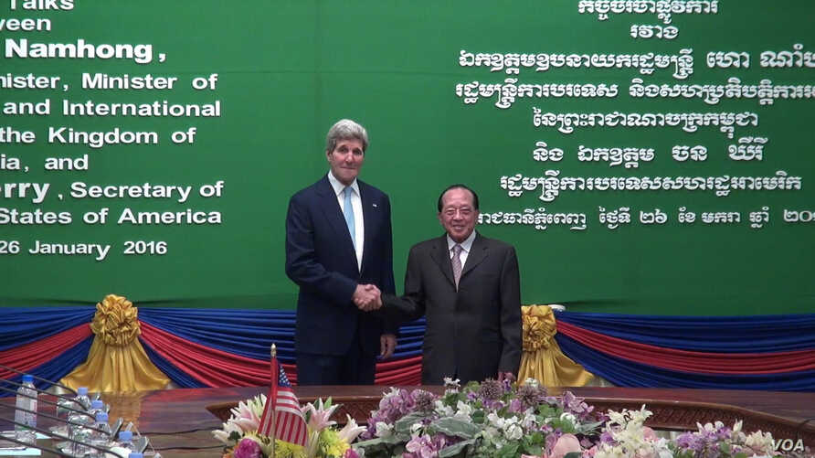 U.S. Secretary of State John Kerry addresses Cambodian Foreign Minister and Deputy Prime Minister Hor Namhong at the outset of a bilateral meeting at the Ministry of Foreign Affairs in Phnom Penh, Cambodia, Jan. 26, 2016. (Neou Vannarin/VOA Khmer)