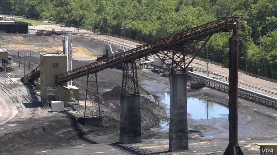 American Electric Power converted its Clinch River Plant in Virginia from coal to natural gas, idling the conveyor belt that once carried coal up into the plant. (N. Yaqub/VOA)