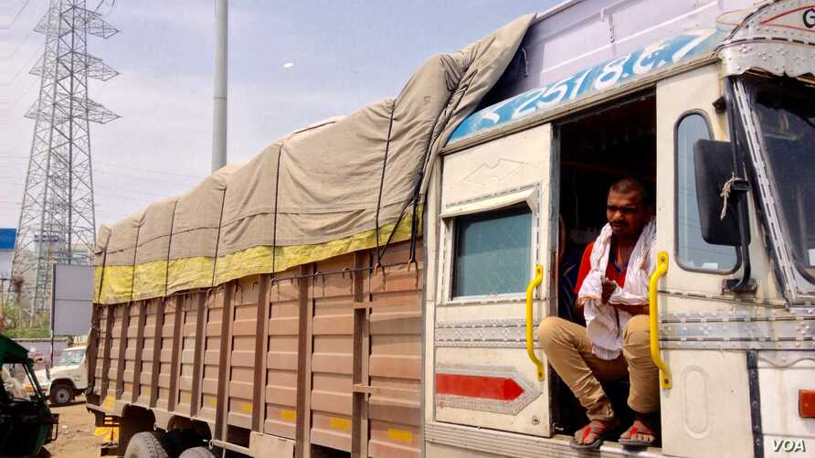 Trucker driver Babloo Yadav complains of long hold ups by tax officials at state border check posts. (A. Pasricha/VOA)