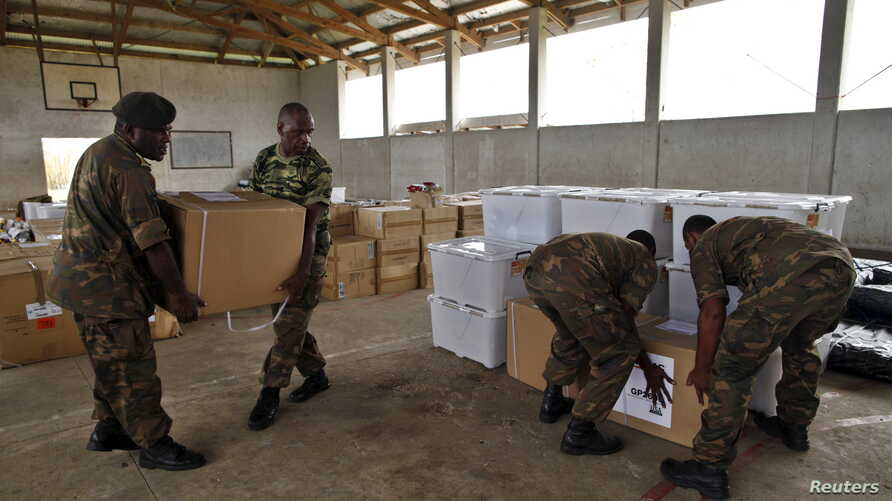 Vanuatu Mobile Force personnel unload generators from Australia to be distributed at their damaged barracks gymnasium days after Cyclone Pam in Port Vila, capital city of the Pacific island nation of Vanuatu March 19, 2015. REUTERS/Edgar Su  - RTR4TY