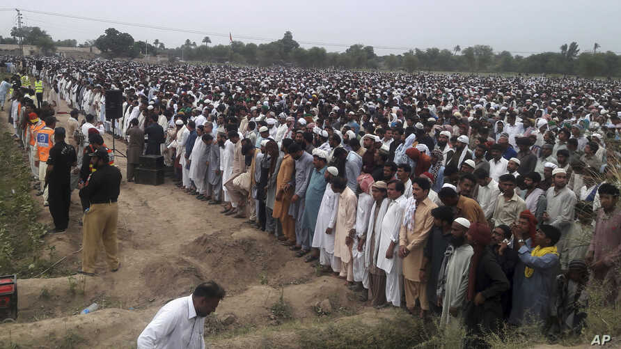 People offer funeral prayers for the victims of Sunday's fuel tanker fire in Bahawalpur, Pakistan, June 27, 2017. Thousands of mourners in Pakistan have attended the collective funeral for 130 victims of a massive fuel tanker fire on a central highwa