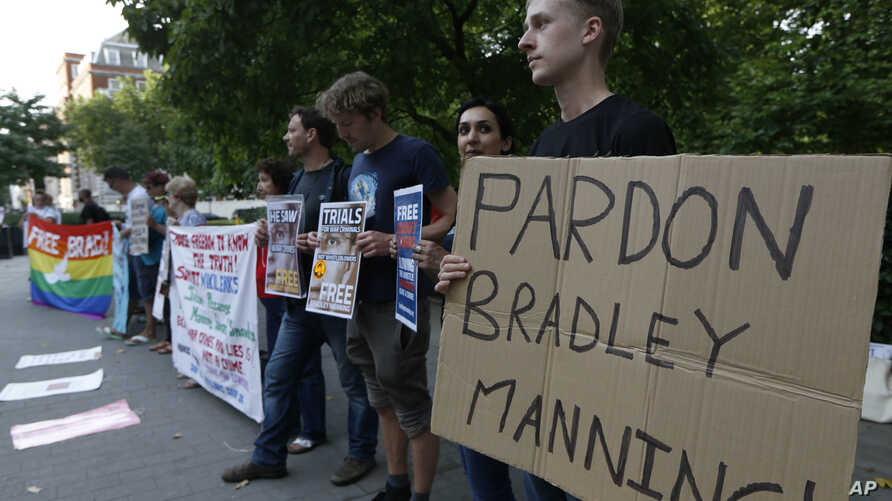 FILE - Supporters of U.S. army Pfc Bradley Manning protest outside the U.S. Embassy in London, August 21, 2013. On Monday, November 14, 2016, transgender prisoner Chelsea Manning, who was sentenced to prison for leaking classified materials to WikiLe