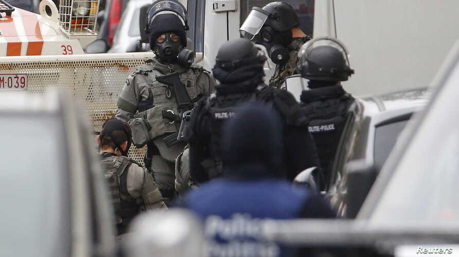 Belgian police stage a raid, in search of suspected muslim fundamentalists linked to the deadly attacks in Paris, in the Brussels suburb of Molenbeek, Nov.16, 2015