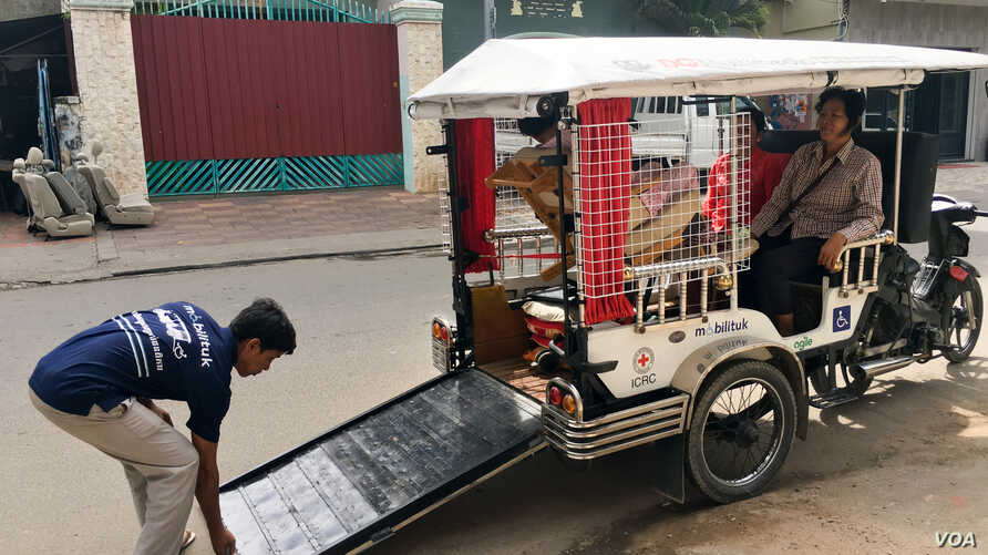 """""""Mobilituk,"""" a tuk tuk designed by Agiel Development Group to assist disabled person on their travel in Phnom Penh on December 21, 2016. (Hean Socheata/ VOA Khmer)"""
