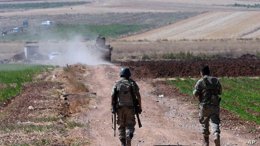 Turkish soldiers patrol near the border with Syria, ouside the village of Elbeyli, east of the town of Kilis, southeastern Turkey, July 24, 2015. Turkish warplanes struck Islamic State group targets across the border in Syria early Friday, government