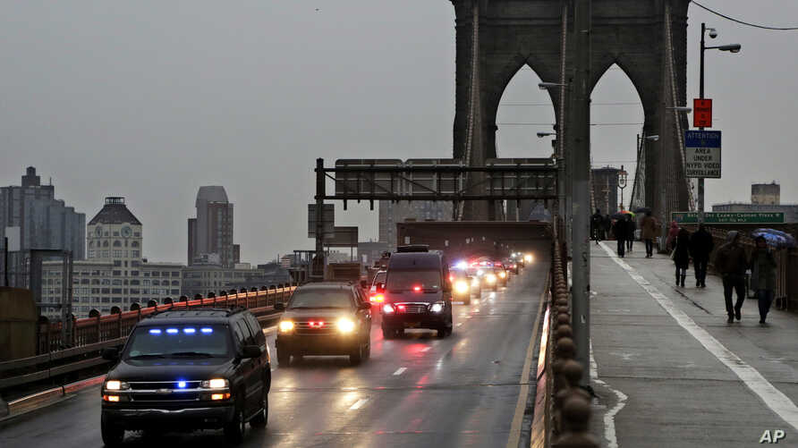 """A caravan of police vehicles shuttles Mexican drug kingpin Joaquin """"El Chapo"""" Guzman across the Brooklyn Bridge from a court appearance in Brooklyn to a Manhattan jail facility, Jan. 20, 2017, in New York."""