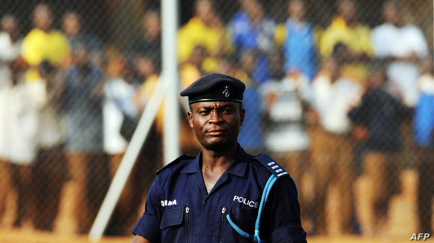 A Ghana policeman watches Egypt's football team's practice in Kumasi, 23 January 2008, during the African Cup of Nations football championship.