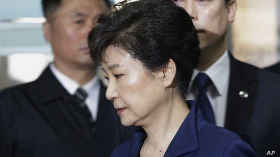 Ousted South Korean President Park Geun-hye arrives at the Seoul Central District Court for a hearing on a prosecutors' request for her arrest for corruption, in Seoul, South Korea, March 30, 2017.  The arrest of South Korea's first female president