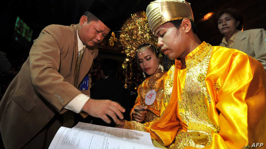 An Indonesian couple takes part in a mass interfaith wedding ceremony sponsored by an organizer and the Jakarta government in Jakarta on July 19, 2011.