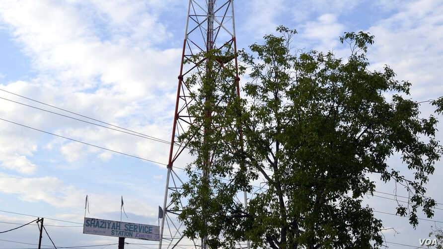 After unidentified militants threatened to attack mobile phone towers and kill the people who are involved in mobile service-related businesses in Kashmir, police have provided security to the towers in Baramulla district, June 3, 2015. (Tajamul Lone