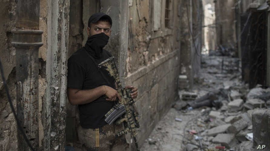 An Iraqi Special Forces soldier stands in a Mosul alley, July 7, 2017.