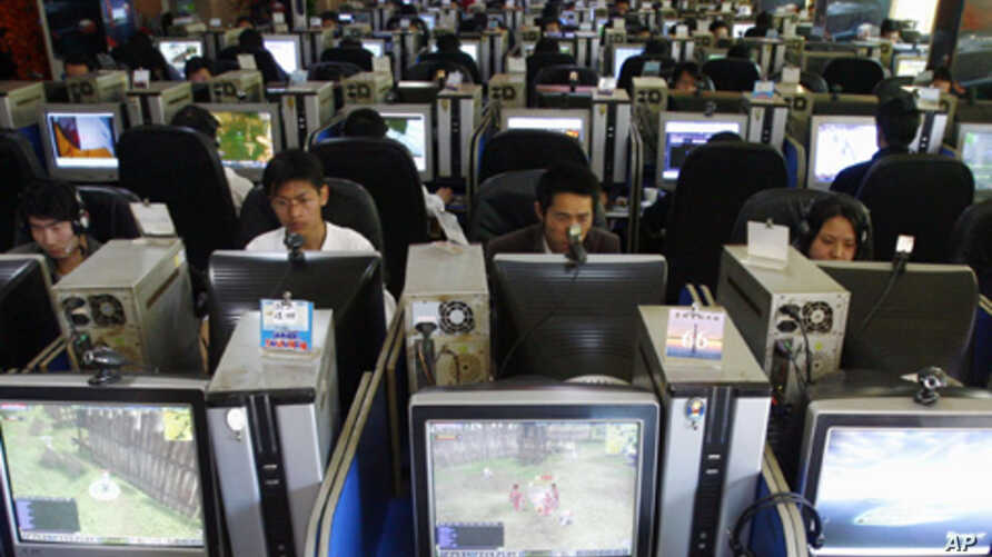 People at an Internet cafe in Kunming, China. Beijing authorities have intensified controls over the growing number of bloggers using the Internet, March 2007 (file photo).