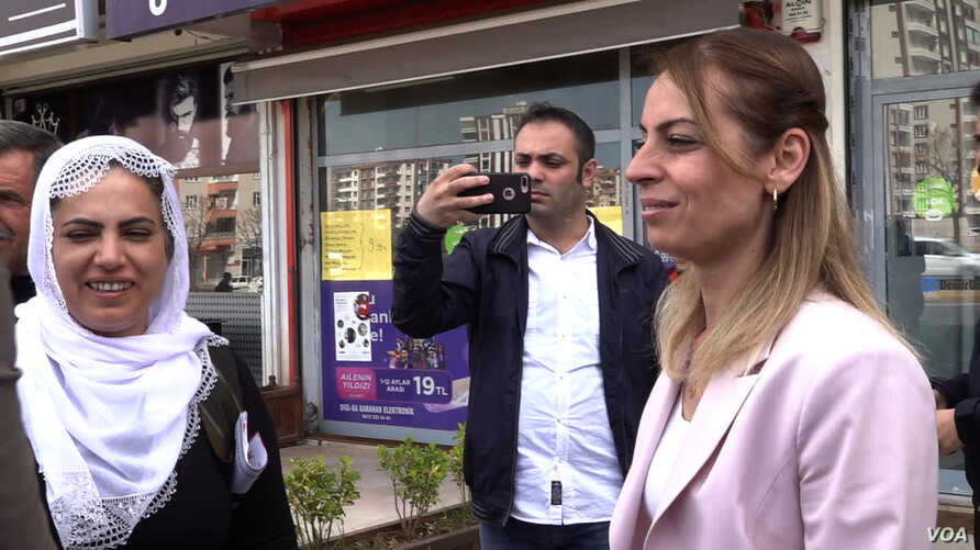 With the HDP Party shut out of the media, mayor candidate for Diyarbakir's Kayar Pinar district takes to the streets to build support. (DJones/VOA)