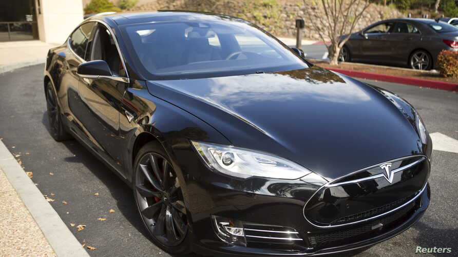 A Tesla Model S with version 7.0 software update containing Autopilot features is featured during a Tesla event in Palo Alto, California Oct.14, 2015.