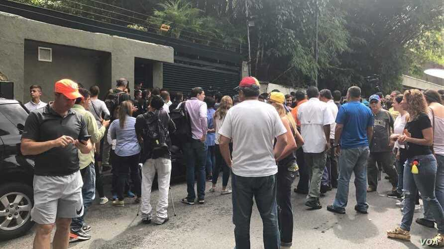 Supporters and media represenatives are seen gathered outside the of home of opposition leader Leopoldo Lopez, in Caracas, Venezuela, July 8, 2017. (C. Alcalde/VOA Spanish)