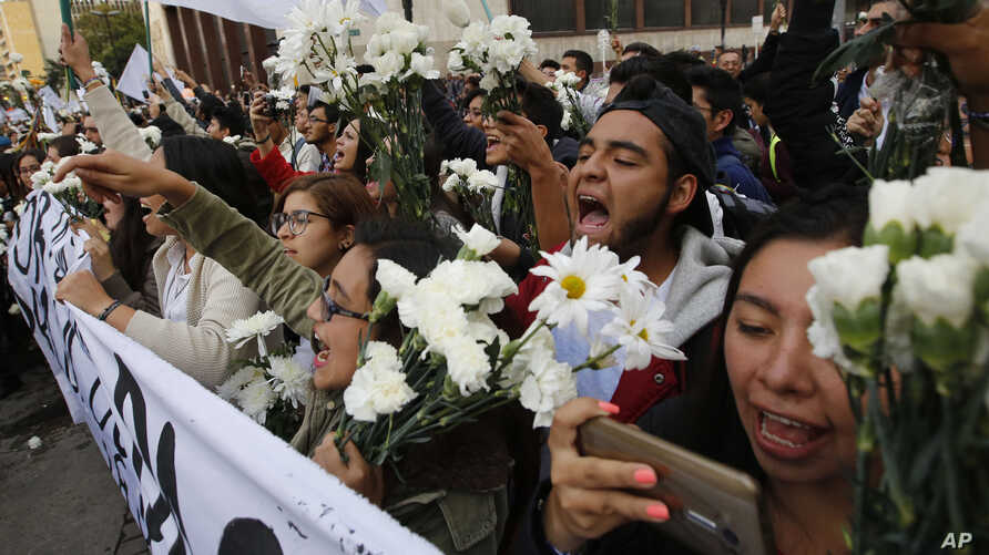 University students shout slogans in support of peace in Bogota, Colombia, Oct. 12, 2016.