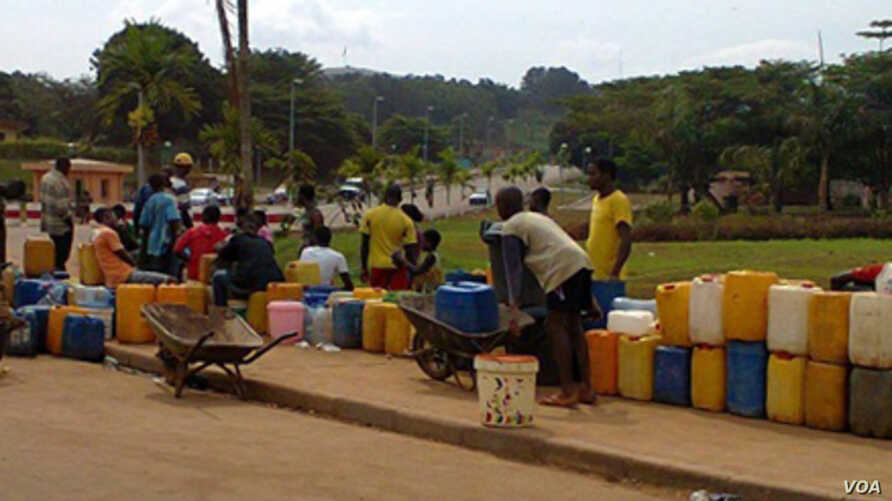 Residents of Yaounde queue each day for hours to fill jerry cans with water during severe shortages in Cameroon. (Courtesy UNICEF)