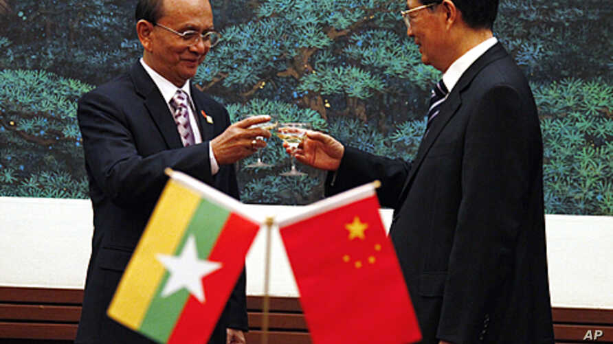 Burma's new civilian president, Thein Sein (L), shares a toast with Chinese President Hu Jintao after a signing ceremony in the Great Hall of the People in Beijing, (File).