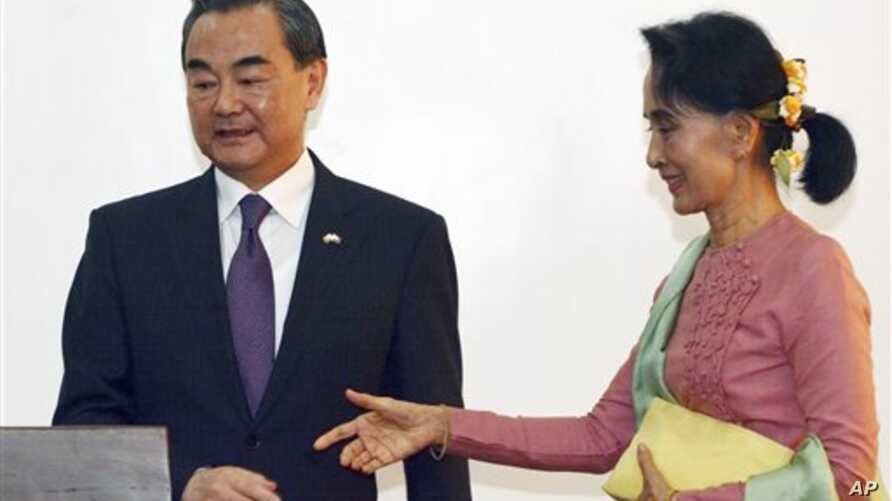 Leader of the National League for Democracy Party (NLD) and Burma's new Foreign Minister Aung San Suu Kyi, right, and Chinese Foreign Minister Wang Yi, joint press conference, Naypyitaw, April 5, 2016.