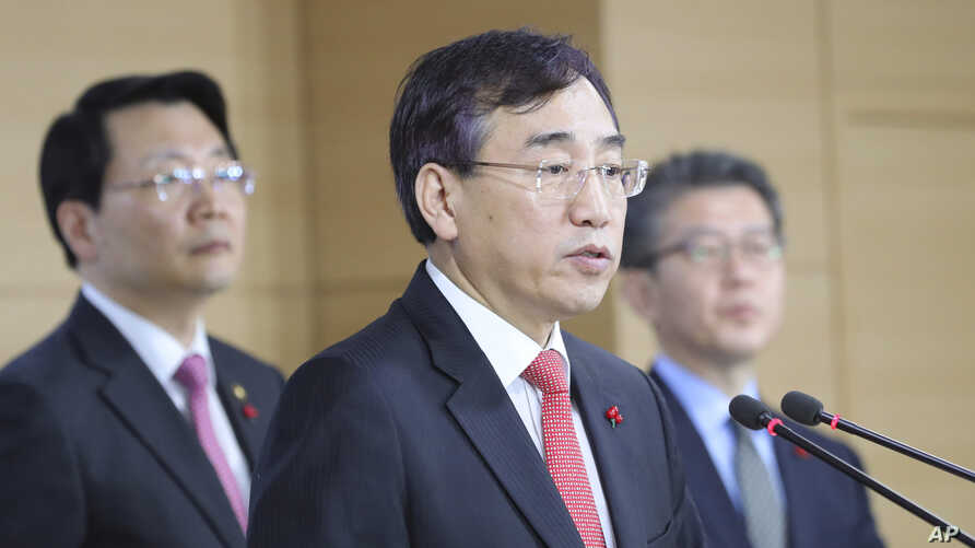 Lee Sukjoon (center) minister of the Office for Government Policy Coordination, answers a reporters' questions after announcing about sanctions on North Korea at the government complex in Seoul, South Korea, Dec. 2, 2016.