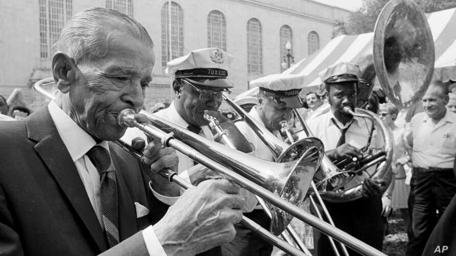 "Edward ""Kid"" Ory, 84, left, joins in a few notes with the Tuxedo Brass Band in New Orleans, where he returned after an absence of 52 years, April 22, 1971."