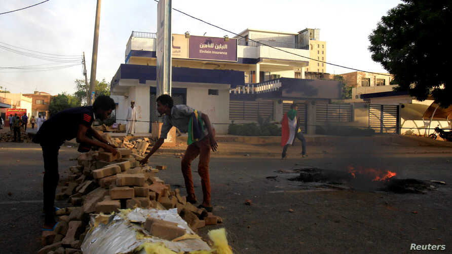 Sudanese protesters erect a barricade along a street during demonstrations in central Khartoum, Sudan May 15, 2019.