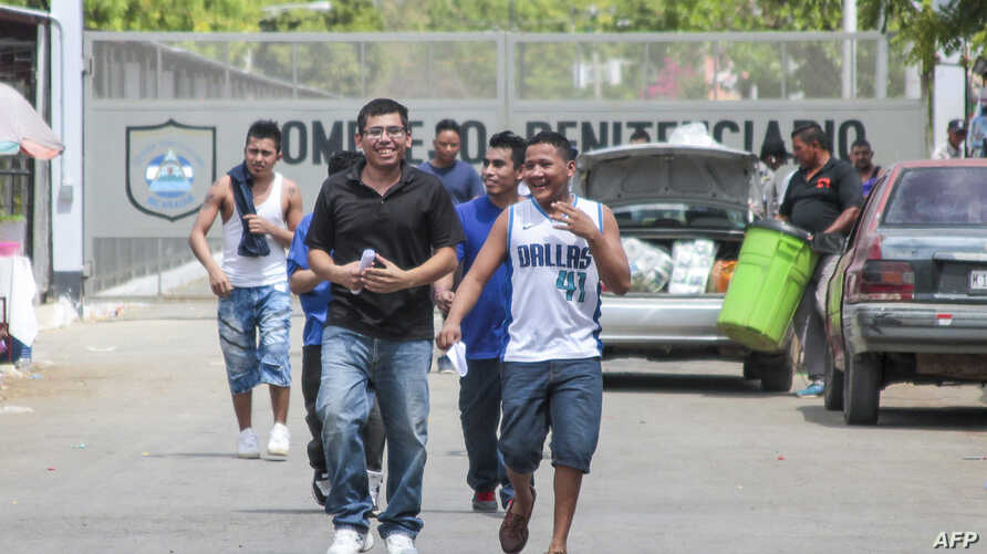"""Men walk out of La Modelo maximum security prison in Tipitapa, near Managua, April 16, 2019. The Nicaraguan government announced Tuesday that 636 """"common"""" prisoners will be released and placed under house arrest for Holy Week festivities."""