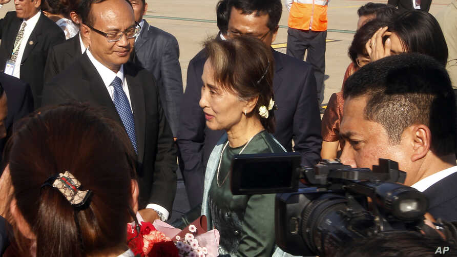 Myanmar's State Councilor Aung San Suu Kyi, center, arrives at Phnom Penh International Airport, in Phnom Penh, Cambodia, April 29, 2019.