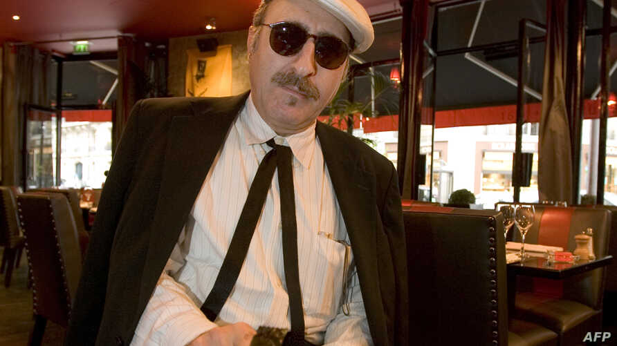 Singer and guitarist Leon Redbone is pictured in a Paris restaurant, Sept. 15, 2005. Redbone, known for reviving pre-war songs in his own unique style, died May 30, 2019, relatives announced on his website. (Photo by JEAN-PIERRE MULLER / AFP)