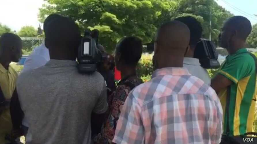Haitian journalists reporting on a story in Port-au-Prince, Haiti, May 3, 2019. (Photo: Matiado Vilme / VOA )