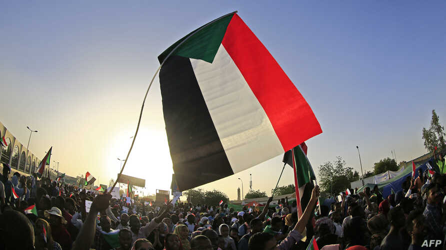 Sudanese demonstrators gather during a rally outside the army complex in the capital Khartoum, April 16, 2019.
