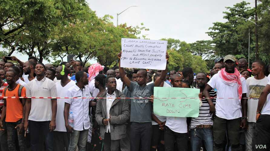 Thousands of demonstrators gathered to protest the leadership of President George Weah, in Monrovia, June 7, 2019. (L. Rouse/VOA)