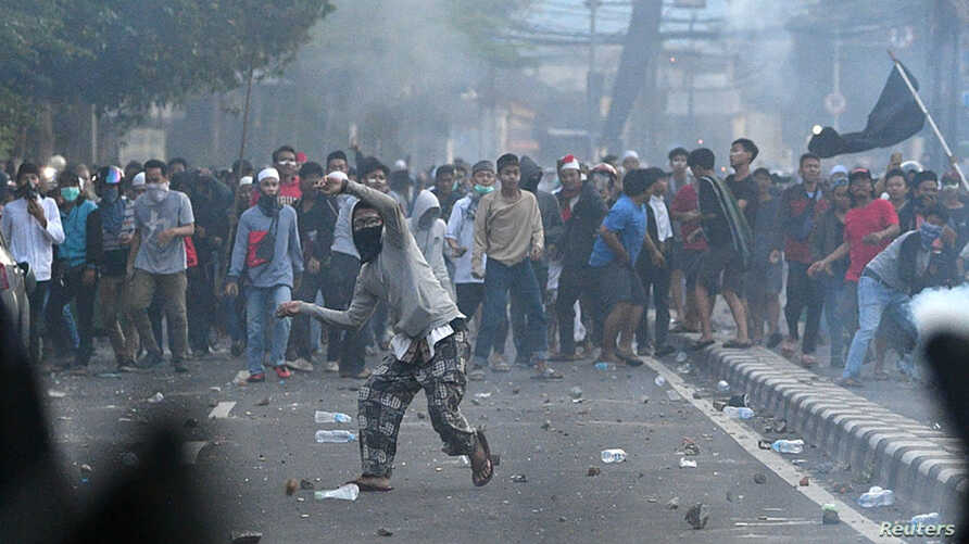 Police clash with protesters after clashes in Jakarta, Indonesia, early May 22, 2019.