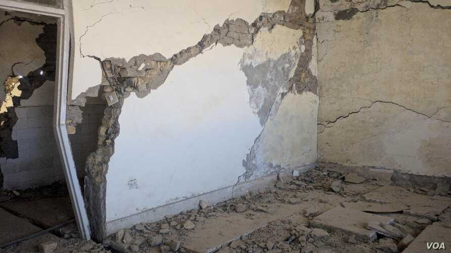 Cracked and crumbling walls are seen in this building in Pakistan's Baluchistan province. (Photos courtesy of University of Baluchistan)