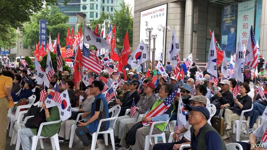 South Korean conservatives participate in a pro-United States demonstration held along US President Donald Trump's motorcade route in Seoul, South Korea, Saturday, June 29, 2019. (B. Gallo/VOA)