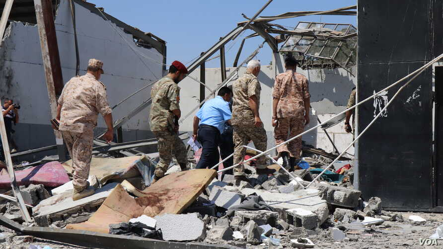 Libyan officials investigate the bombing of a detention center holding civilian migrants that killed dozens of people and injured more than 130, pictured on July 3, 2019. (H.Murdock/VOA)