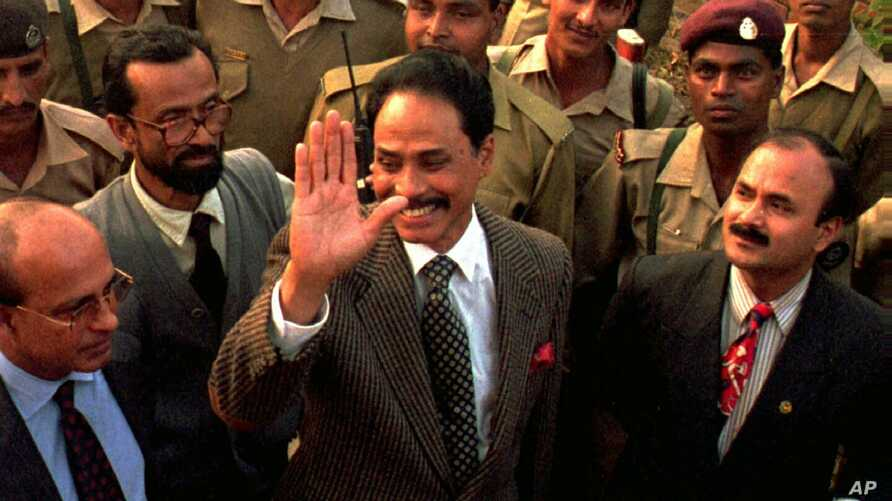 FILE - Former Bangladesh president Hussain Muhammad Ershad waves to supporters as he is released from government prison in Dhaka, Jan. 9, 1997.