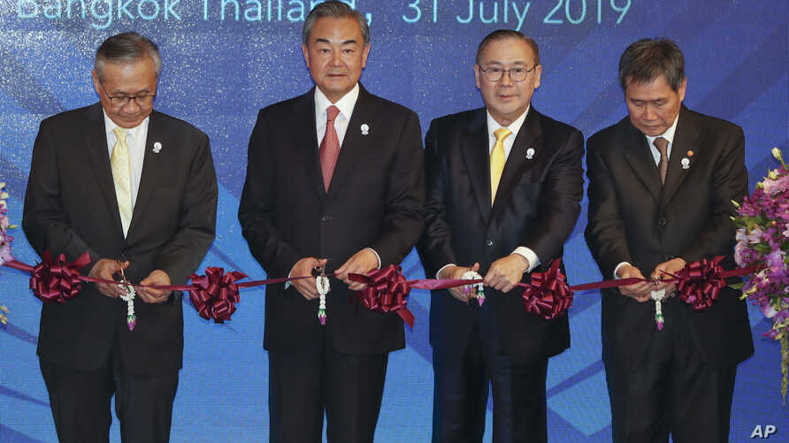 Left to right, Thailand's Foreign Minister Don Pramudwinai, China's FM Wang Yi, Philippines' FM Teodoro Locsin Jr., and ASEAN Secretary-General Lim Jock Hoi launch the ASEAN-China Young Leadership meeting in Bangkok, Thailand, July 31, 2019.