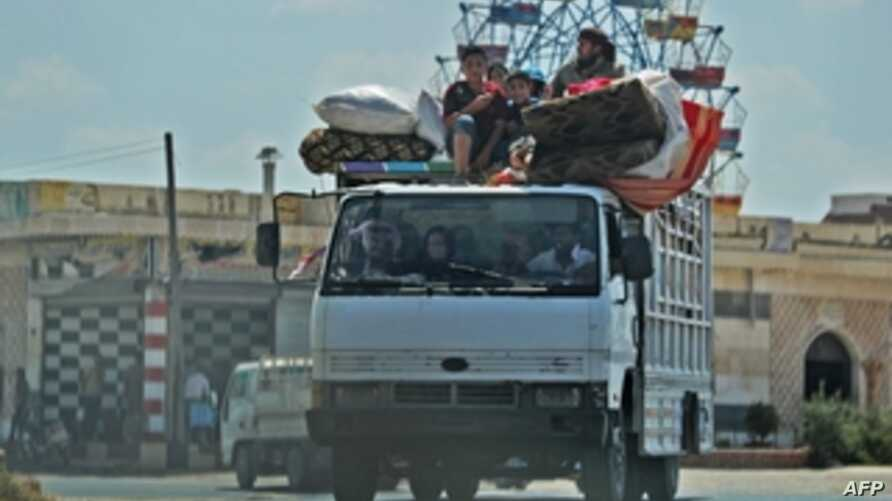 Syrian civilians flee a conflict zone in Syria's rebel-held northwestern region of Idlib, where government bombardment has killed hundreds since late April, near Maar Shurin on the outskirts of Maaret al-Numan, Aug. 22, 2019.