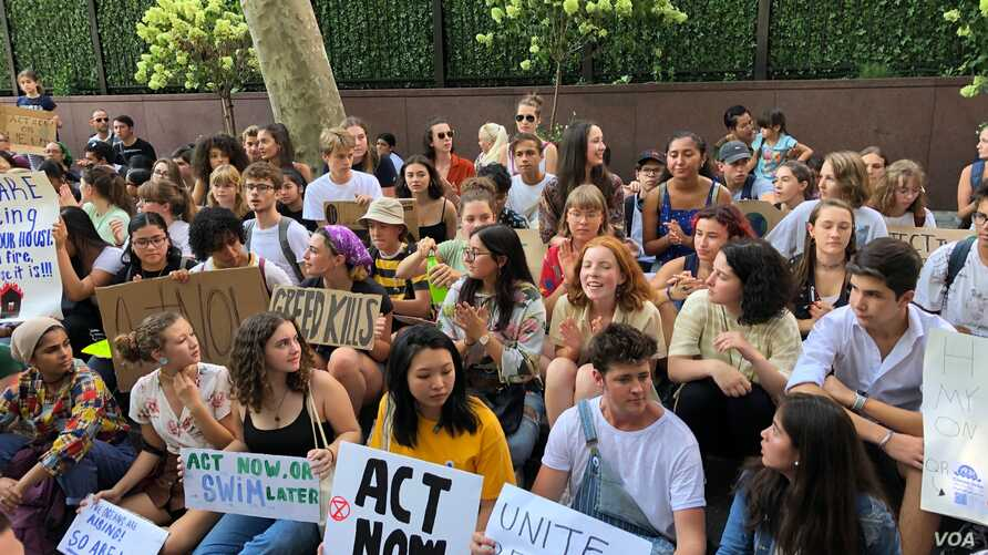 Youths gather Aug. 30, 3019, outside the United Nations in New York to demand action on global warming. (M. Besheer/VOA)
