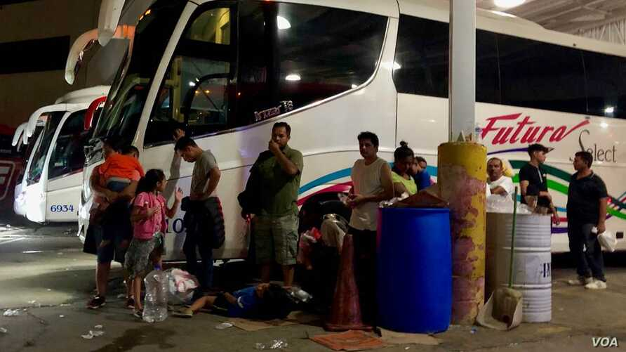 More than 350 migrants boarded eight buses to Tapachula, Chiapas on August 6. Some felt their choice was either to leave or face possible kidnapping or extortion on Nuevo Laredo's streets. (R. Taylor/VOA)